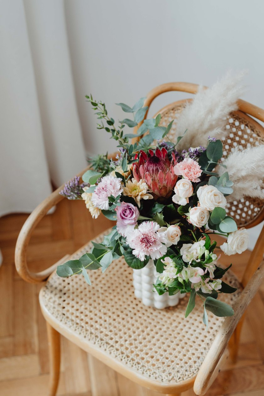 kaboompics_Beautiful bouquet of flowers on a wooden chair