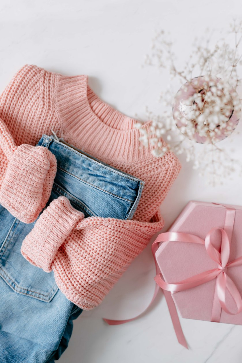 kaboompics_Flat lay collage - women's modern casual outfit, pink sweater, jeans, sunglasses