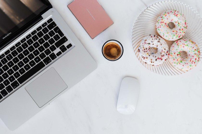 kaboompics_Macbook Laptop, donuts & coffee