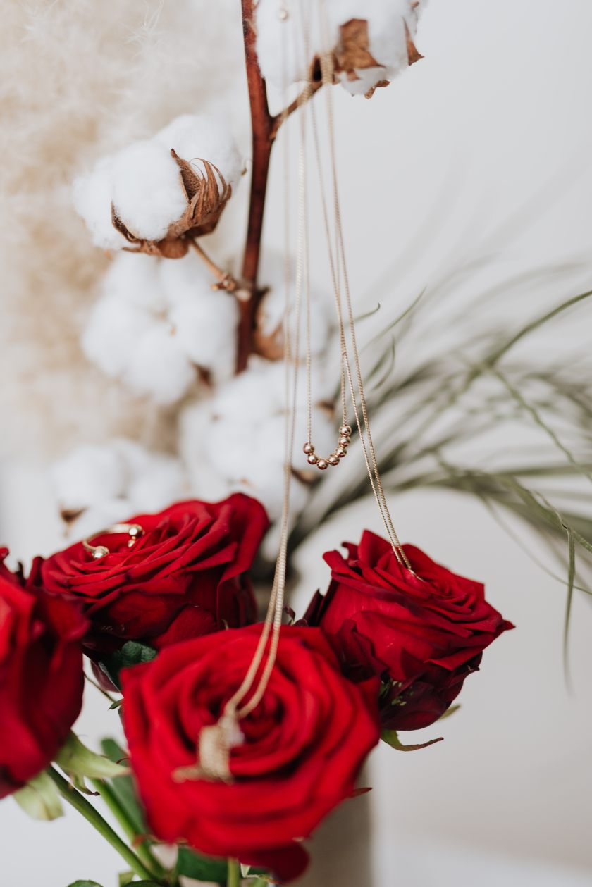 kaboompics_Red roses, gold jewellery and beauty accessories on white marble